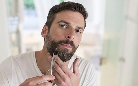 Arreglar la barba con tijeras es todo un arte. Lo primero que debes saber  es que no se debe recortar cuando esté mojada dd9f03b698f4